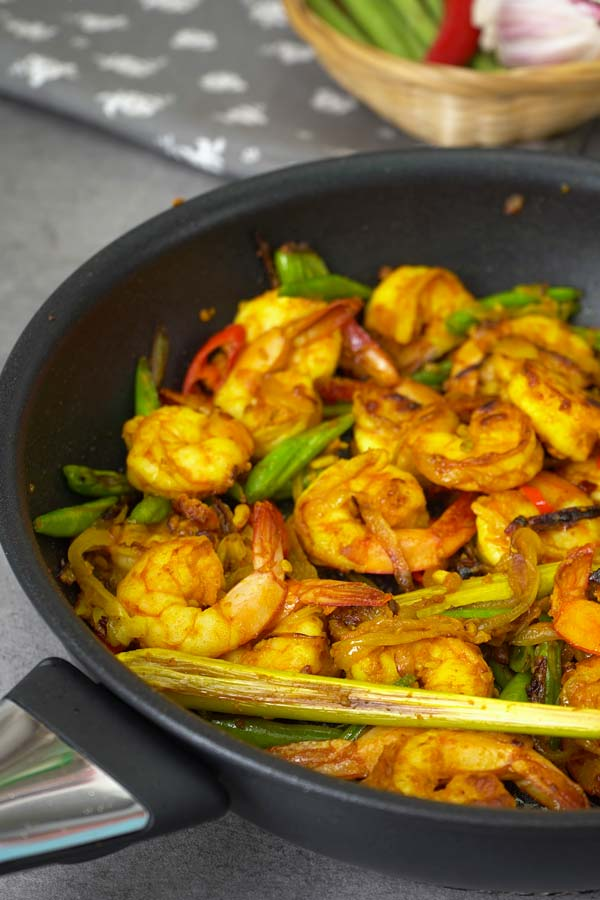 Turmeric stir fry shrimps in the pan