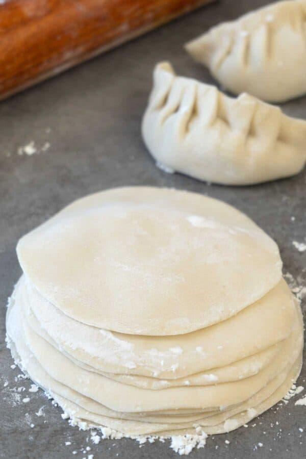 masa para dumplings apiladas.