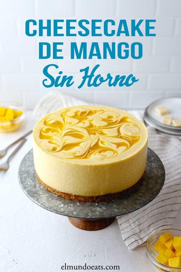 Cheesecake de mango sin horno, con una textura cremosa, suave y enriquecido con chocolate blanco, ¡delicioso!. Perfecto postre de verano. Visita elmundoeats.com/es para más recetas de cheesecakes.