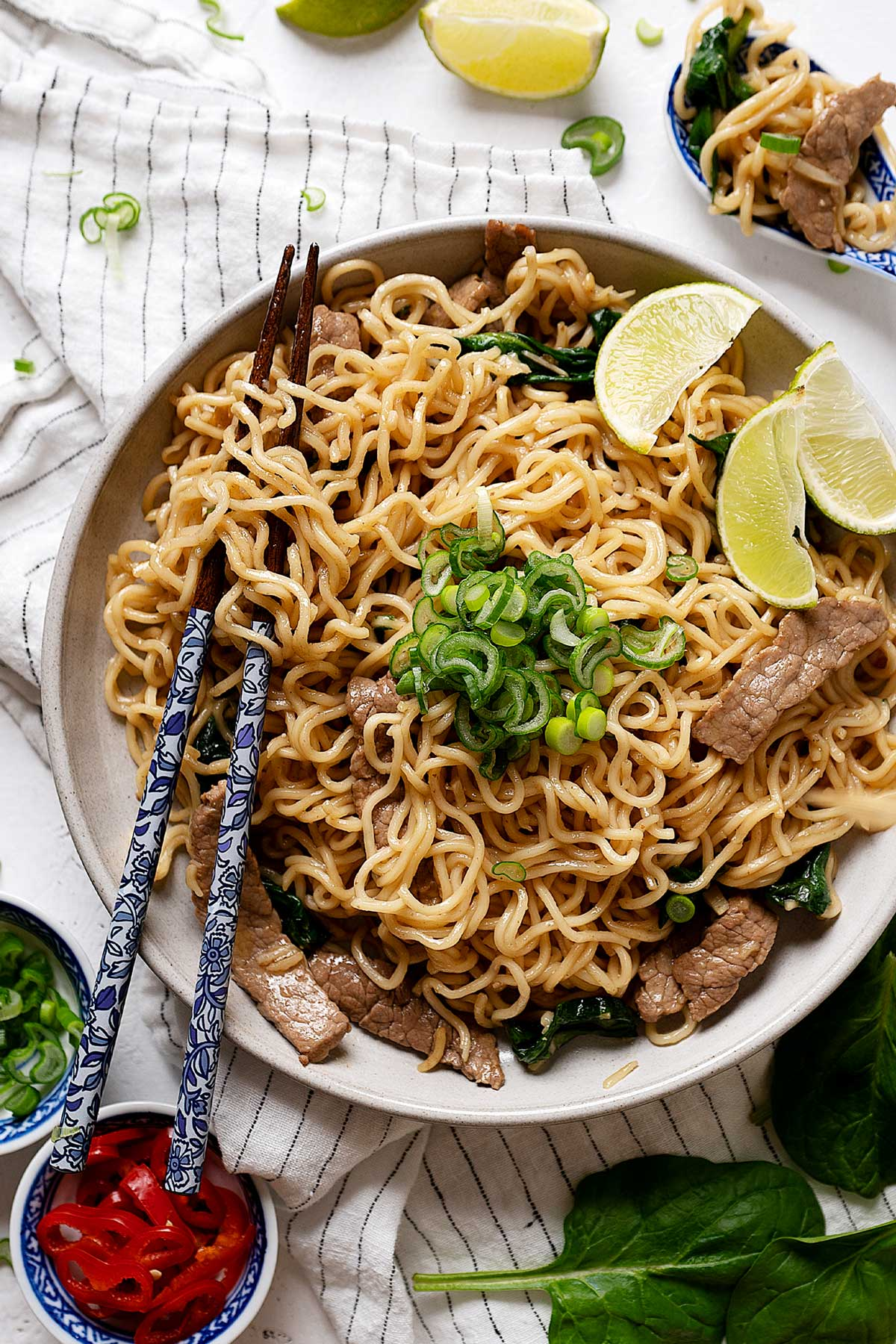 10 minute lo mein noodles with beef in a plate view from top