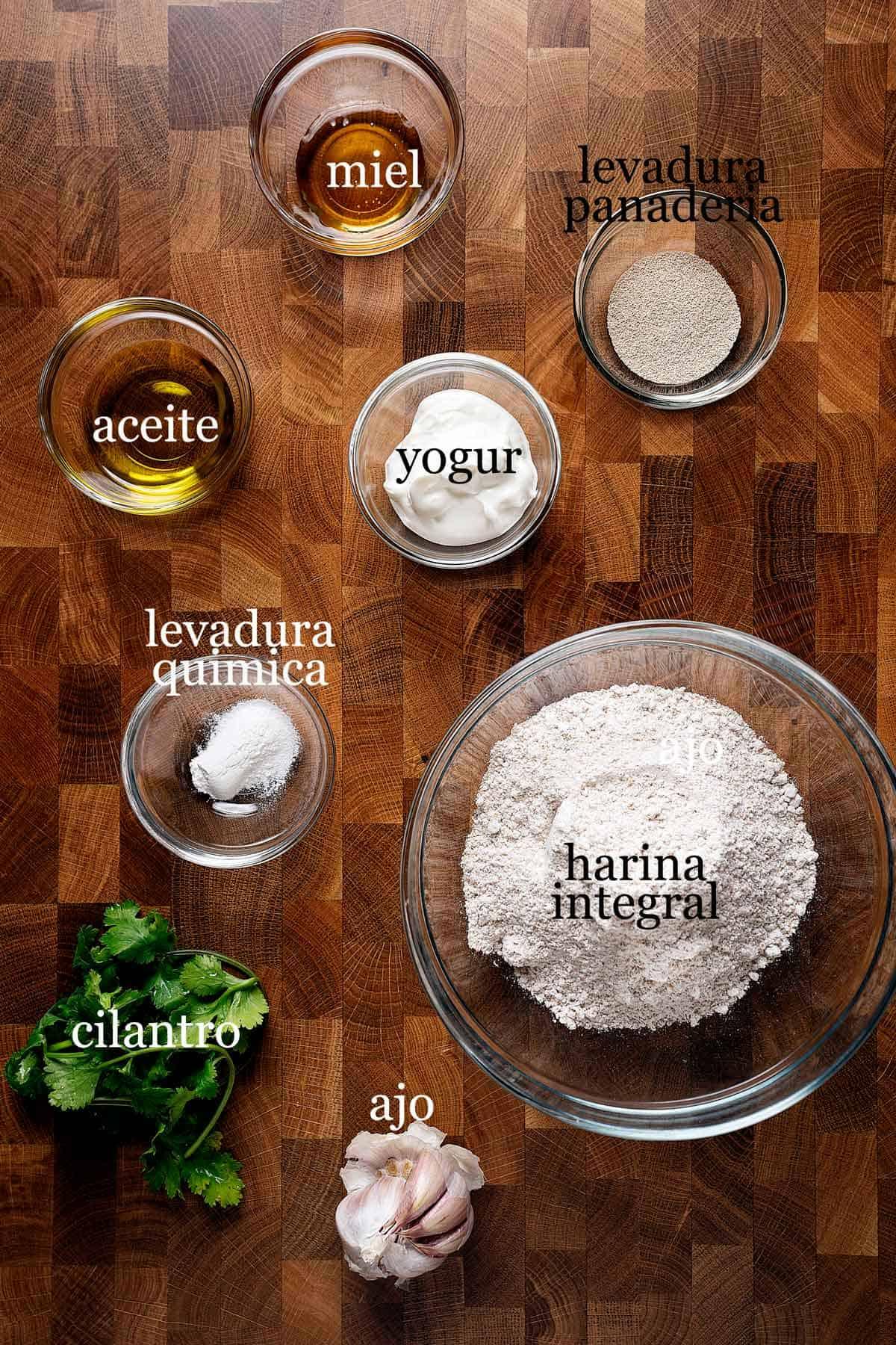 ingredientes para pan naan de ajo integral.