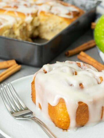 apple cinnamon roll on a plate.
